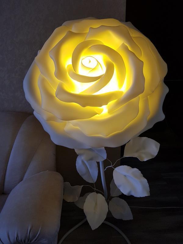 светильник в виде большого цветка