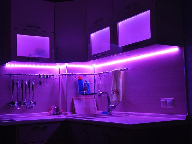 фиолетовая подсветка для кухни.