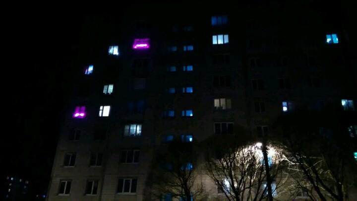 фиолетовый свет в окнах