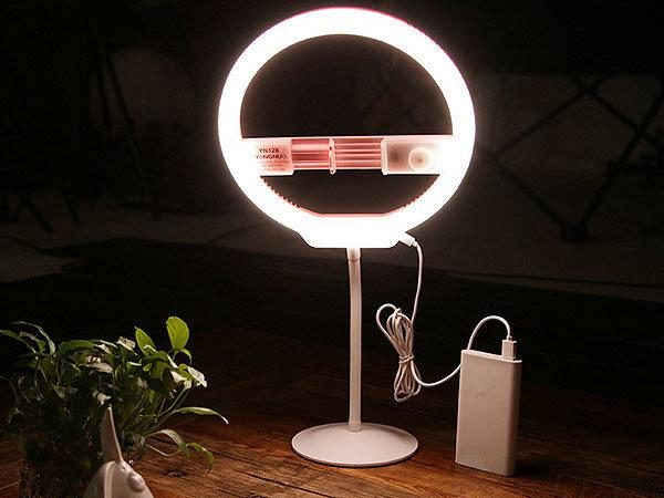 Источник света на столе