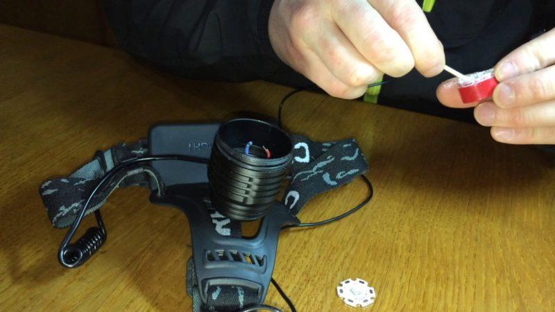 Очистка контактов внутри осветительного прибора