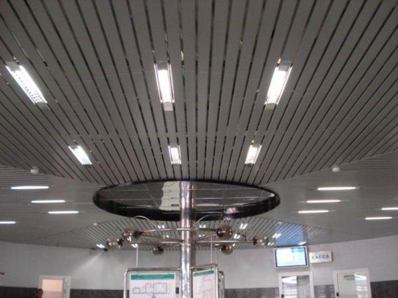 Композиция встроенных светильников на реечном потолке.