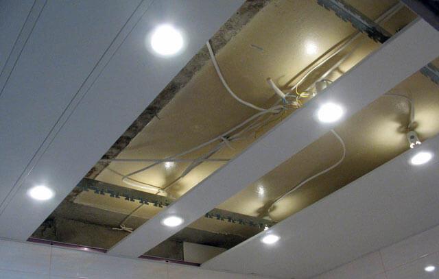 Монтаж реечного потолка со светильниками.