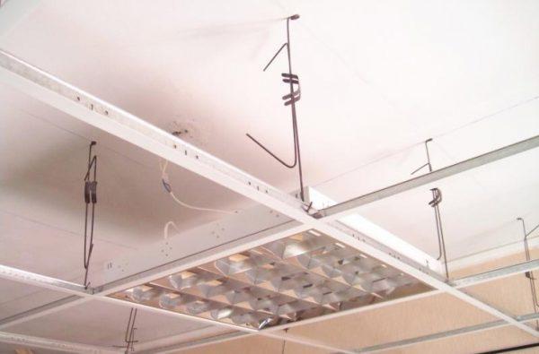 Монтаж светильника на направляющие потолка Армстронг