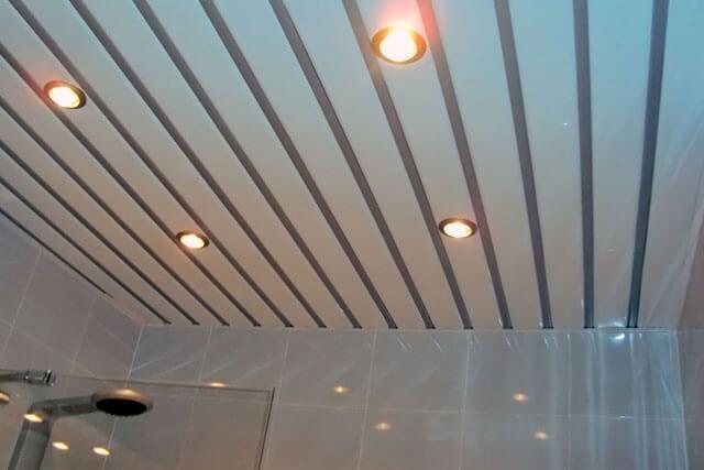 Реечный потолок с точечными светильниками в ванной.