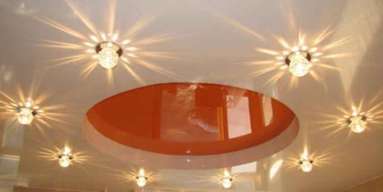Точечные светильники как украшение натяжного потолка.
