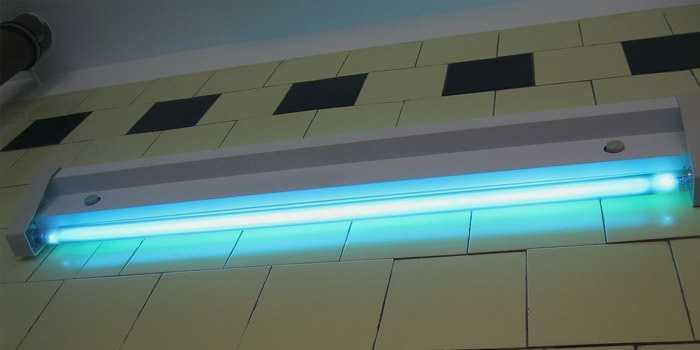 УФ лампа в работе. Обеззараживание помещения