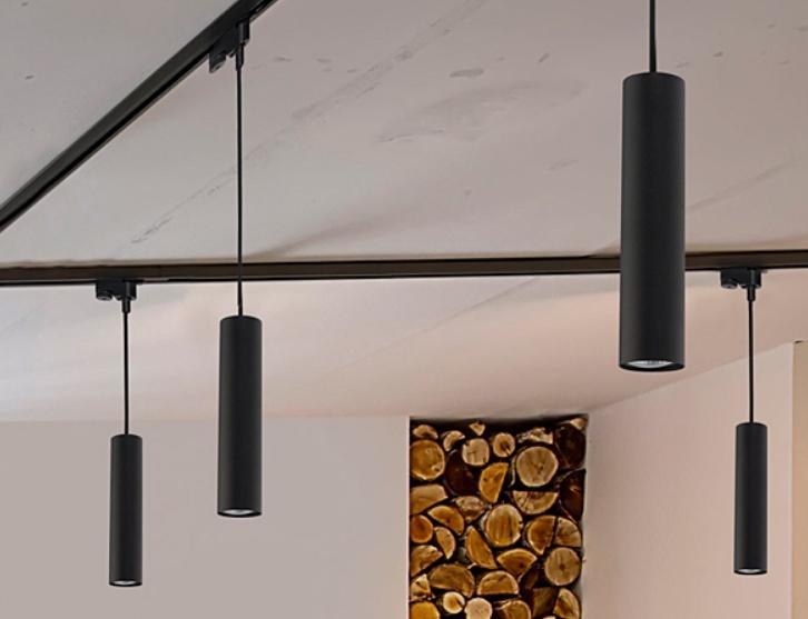 В трековых конструкциях используют и подвесные светильники.