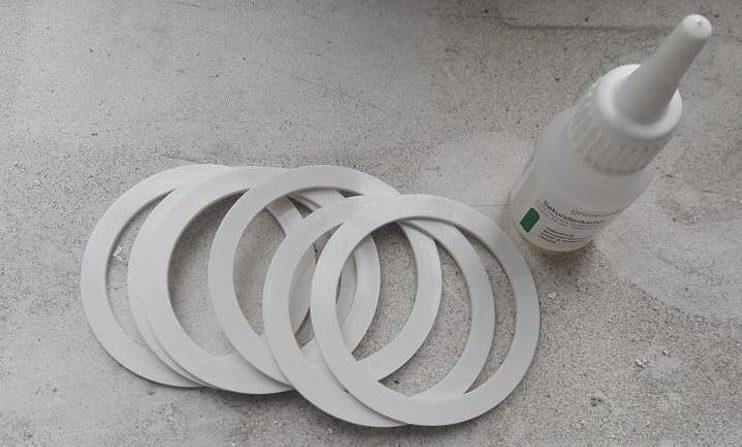 Кольца и клей для натяжного потолка.