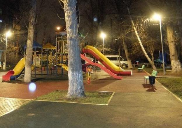 Освещать игровую площадку нужно качественно, чтобы не было мест, где света недостаточно.