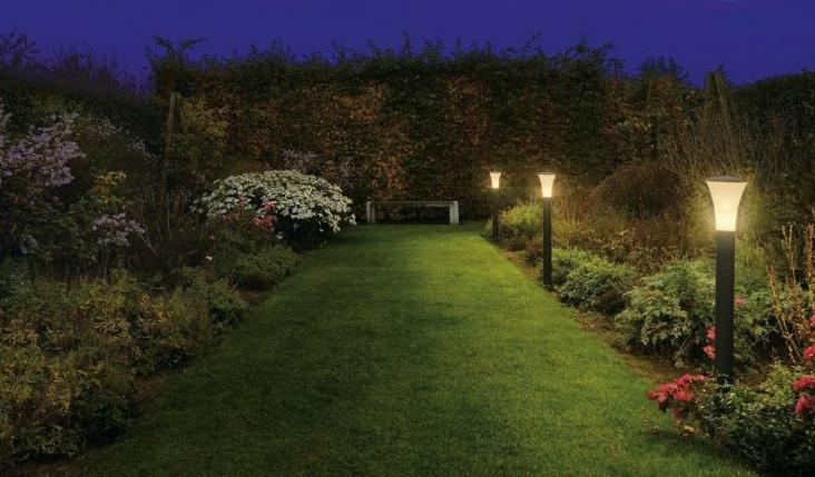 Установка освещения во дворе загородного дома