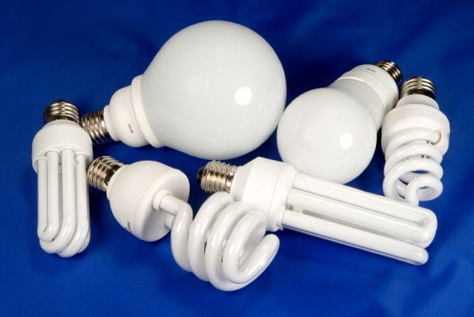Почему при выключенном свете мигает энергосберегающая лампочка