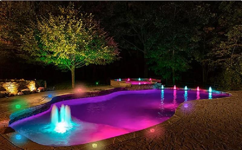Разноцветная подсветка вместе с фонтанами.