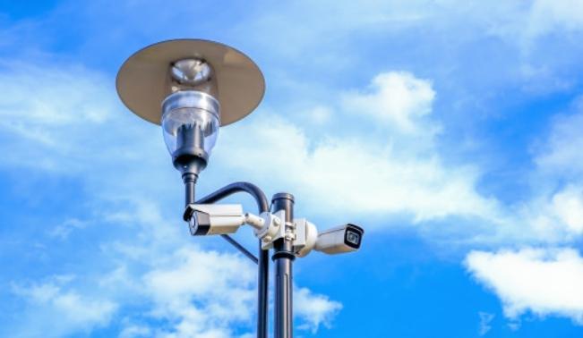 Один фонарь на углу может освещать пространство для двух камер, расположенных в разных направлениях.