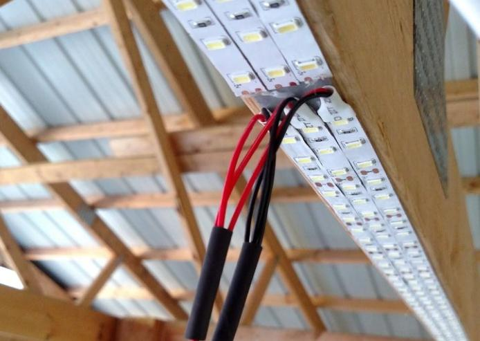 Подключать каждую ленту нужно отдельно, последовательно соединять их нельзя.