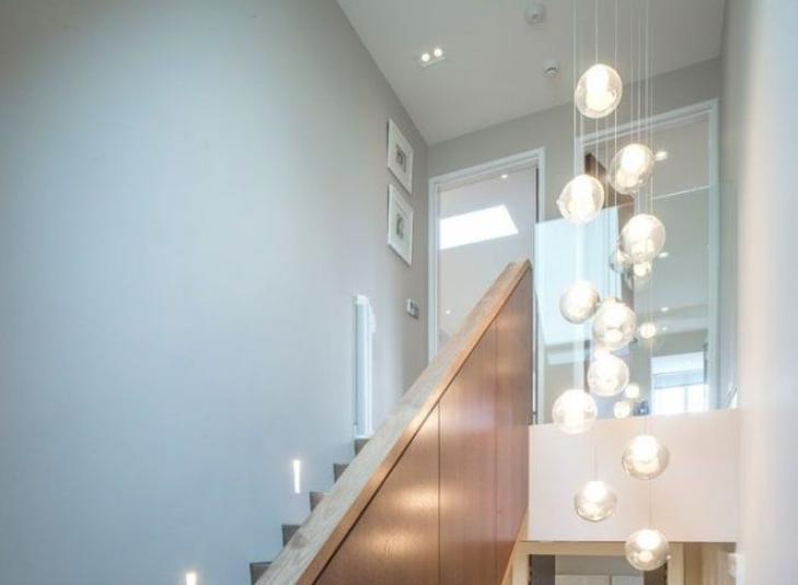 Люстра часто используется в качестве одного из источников света.