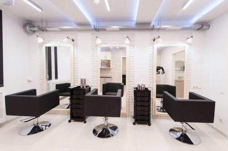 К качеству освещения в парикмахерских предъявляются высокие требования.