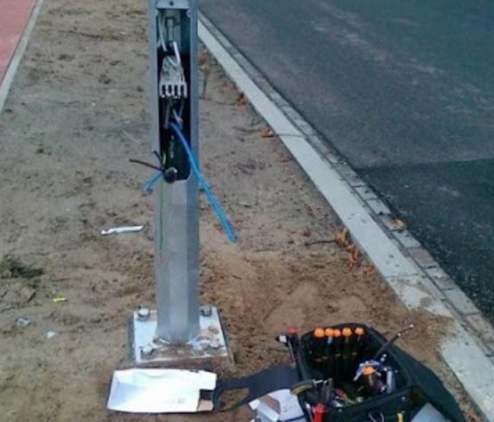 Правила монтажа фонарных столбов и металлических опор для освещения