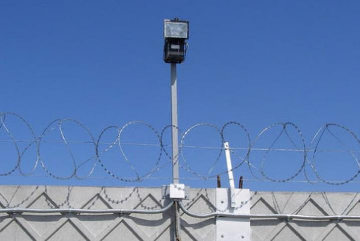 Часто над камерой наблюдения располагают прожектор.