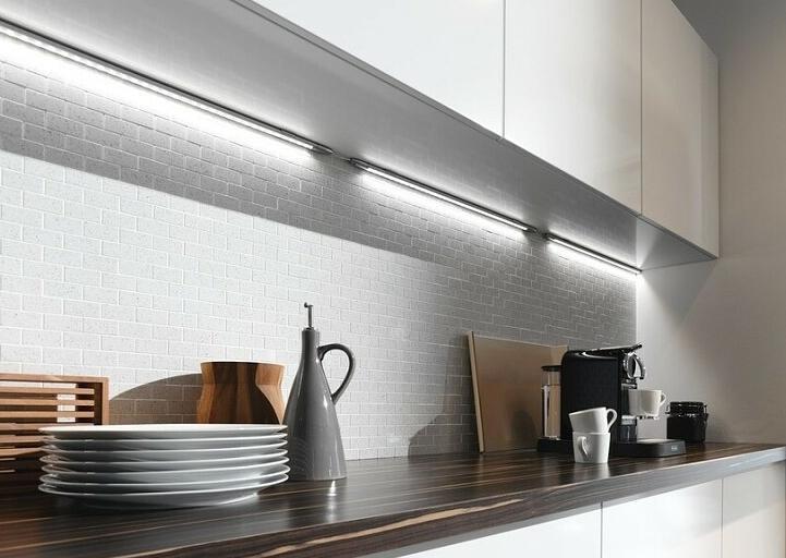 Вариант с установкой ленты или светильников в углу между шкафчиками и стеной.