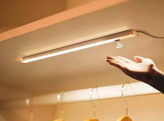 светильник со встроенным датчиком движения.