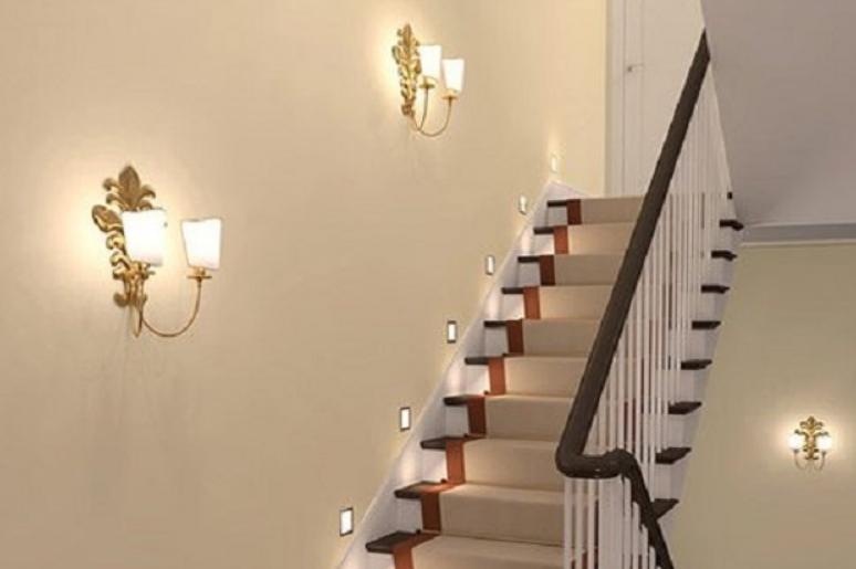 Бра хорошо подходят для лестниц.