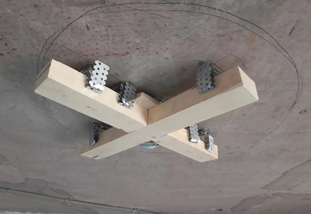 Закладная под люстру в натяжном потолке